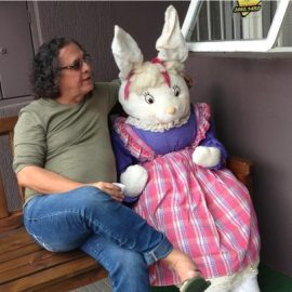 Sérgo Ajabiim com a coelhinha da Páscoa!