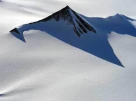 Imagem aérea tomada através do gelo do Pólo Sul parecem mostrar dois ou possivelmente três pirâmides