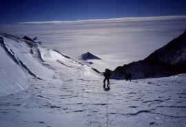 Os membros da expedição tentando se aproximar da pirâmide.