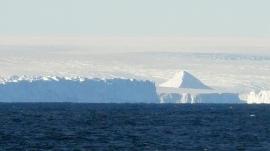 A imagem mostra uma estrutura piramidal cercado de gelo no centro da foto. Imagem Programa Integrado de Perfuração Oceânica